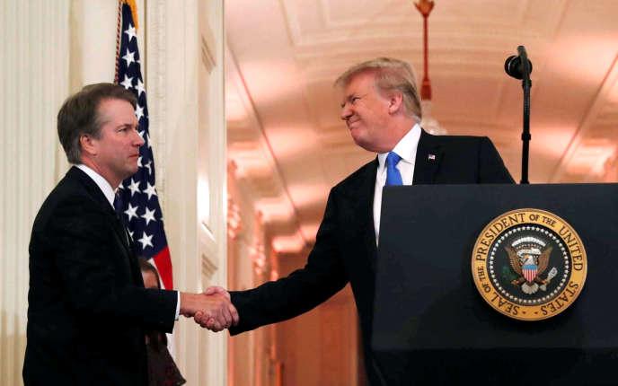 Le président Donald Trump serre la main de Brett Kavanaugh, tout juste nommé juge à la Cour suprême, à la Maison Blanche, le 9 juillet, à Washington.