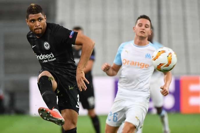 Le défenseur de Francfort Simon Falette et le Marseillais Florian Thauvin lors de la première journée de Ligue Europa, à Marseille jeudi 20 septembre.
