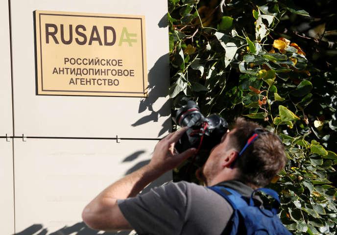 Un photographe devant le siège de l'Agence antidopage russe, Rusada, à Moscou, le20 septembre.