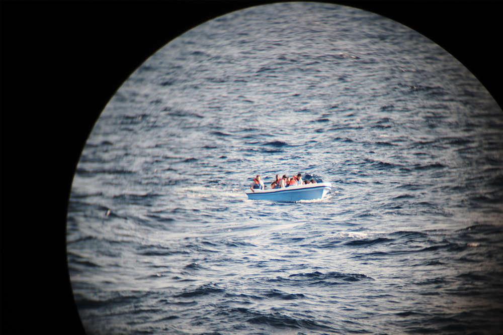 L'embarcation repérée par l'«Aquarius« le 20 septembre. Nick Romaniuk, responsable des opérations de recherches et de secours pour SOS Méditerranée,raconte : «Nous avons vu qu'ils étaient en train d'écoper le bateau. Ils avaient des gilets de sauvetage, mais ce sont des modèles de mauvaise confection, qui se remplissent d'eau, donc c'est dangereux.»
