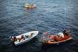 La barque dont ils ont été évacués flotte à présent à vide. L'équipe de SOS Méditerranée démonte le moteur et disperse ses pièces à l'eau. La coque est marquée à la peinture noire : « SAR AQU 20/09/2018 », afin que chacun sache que les personnes à bord ont été secourues par l'«Aquarius», à plus de 120 milles marins (environ 222 km) du rivage européen le plus proche, l'île italienne de Lampedusa.