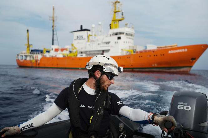 Un sauveteur pour SOS Méditerranée, lors d'un exercice de secours sur l'un des trois canots dont dispose l'équipage de l'«Aquarius». Entre Sfax et Lampedusa, le 18 septembre.