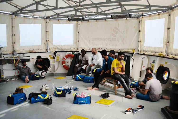 A bord de l'«Aquarius», après le sauvetage des onze personnes, dont un mineur, qui se trouvaient à bord de la petite embarcation.