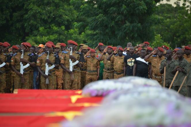 Pendant les funérailles, le 31août 2018, de sept membres des forces de défense et de sécurité burkinabées tués par l'explosion d'un engin artisanal au passage de leur véhicule, dans l'est du pays.