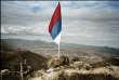Le drapeau serbe flotte sur les ruines de la forteresse de Zvecan, fleuron du patrimoine kosovar,au nord de Mitrovica (Kosovo), en février 2008.
