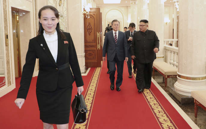 A gauche, au premier plan, Kim Yo-jong, la soeur du leader nord-coréen, derrière, à gauche, le président sud-coréen, Moon Jae-in et, à droite, le dirigeant nord-coréen, Kim Jong-un, à leur arrivée au siège du Comité central du Parti des travailleurs, à Pyongyang, le 18 septembre.