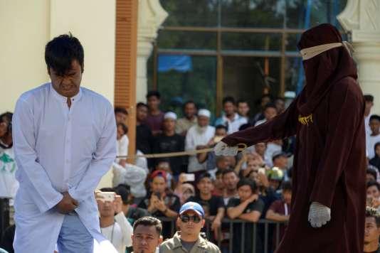 Flagellation d'un homme accusé d'avoir eu des relations homosexuelles, à Banda Aceh, le 13 juillet.
