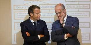 Emmanuel Macron et le ministre de l'éducation nationale Jean-Michel Blanquer lors de leur visite d'un collège de Laval, le 3 septembre.