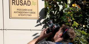 Un photographe devant le bureau de l'Agence antidopage russe, Rusada, à Moscou, le20 septembre.