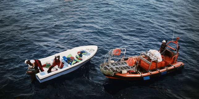 L'équipage de l'«Aquarius» procède à la destruction et au marquage du bateau avec la date et l'inscription «SAR AQU».