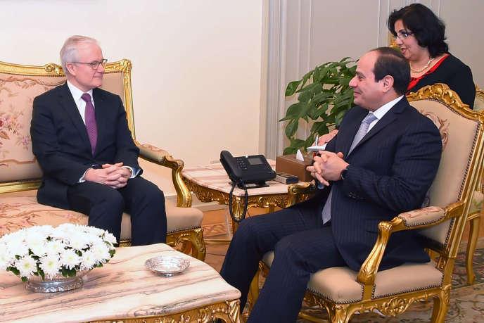 Le président égyptien, Abdel Fattah Al-Sissi, reçoit Bernard Emié, directeur du service derenseignement extérieur français,la DGSE, au Caire le 22janvier 2018.
