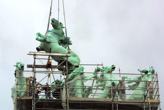 Démontage, le 6 août 2001, de l'un des chevaux du quadrige «L'Immortalité devançant le temps» ornant le Grand Palais à Paris.