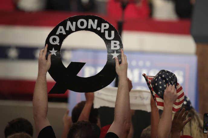 Au cours de l'été 2018, les «QAnon» ont commencé à se montrer publiquement aux meetings du président Trump, leur héros, avec lequel ils partagent, entre autres, la défiance des des médias et de l'establishment.