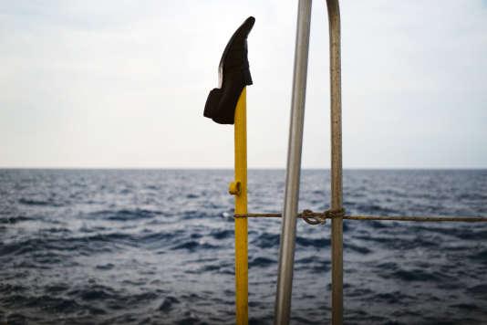 Le 20 septembre, les chaussures trempées des onze rescapés sèchent sur le pont principal de l'«Aquarius».