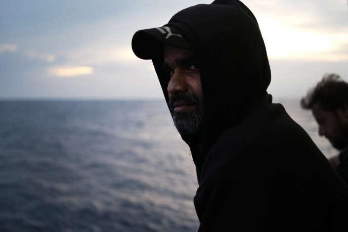 «Mon futur est entre vos mains», m'avoue Amraiz. Après avoir passé huit heures sur la mer pour une distance parcourue de 28 milles nautiques, cet homme de 38 ans d'origine pakistanaise s'est fait secourir par l'équipage de l'«Aquarius». Le 20 septembre 2018.