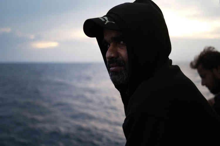 """""""Mon futur est entre vos mains"""" avoue Ch. Amraiz. Après avoir passé huit heures sur la mer pour parcourir 28 milles nautiques, cet homme de 38 ans d'origine pakistanaise s'est fait secourir par l'équipage de l'Aquarius. Le 20 septembre."""