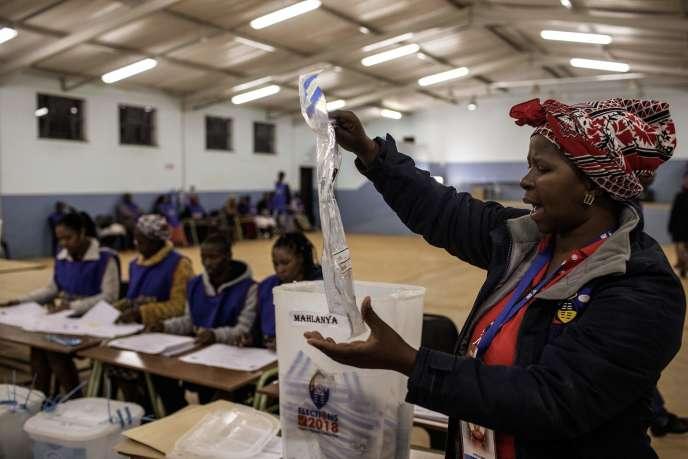 Dépouillement dans un bureau de vote de la circonscription de Lobamba, la capitale royale et législative de l'Eswatini, le 21 septembre 2018.
