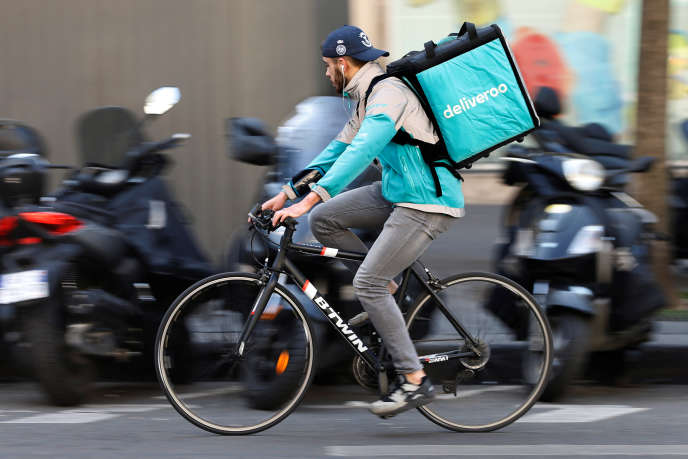Un coursier de Deliveroo, à Paris, en avril 2017.