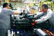 Raccordement de la batterie de traction dans l'atelier pilote de Sochaux.