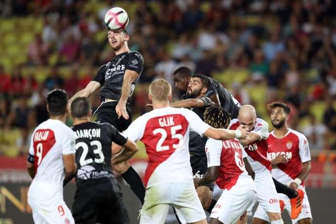 Une têterattrapée par le joueur de Nîmes Renaud Ripart au stade Louis II à Monaco.