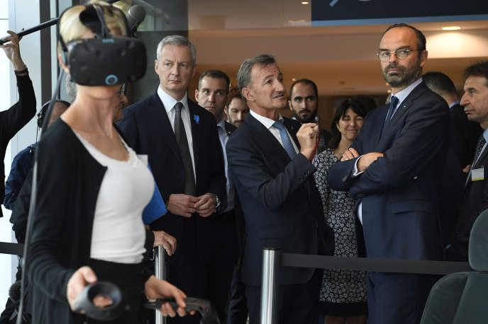 Le premier ministre, Edouard Philippe, et le ministre de l'économie, Bruno Le Maire, en visite chez Dassault Systèmes à Vélizy-Villacoublay (Yvelines), le 20 septembre.