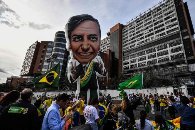 Des partisans du candidat d'extrême droite, Jair Bolsonaro, devant l'hôpital où celui-ci est soigné, le 16 septembre, à Sao Paulo.
