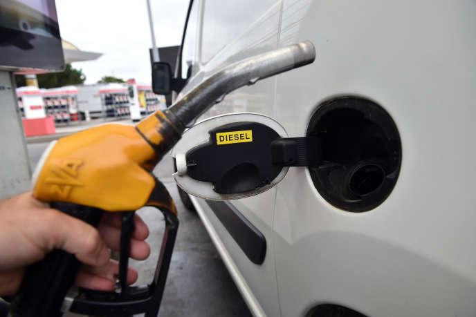 Les hausses du pétrole et de la fiscalité des carburants ont pesé sur le revenu disponible des ménages.