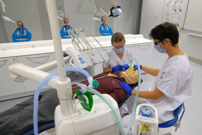Un mannequin interactif, sorte de patient « fantôme », donne la possibilité aux étudiants d'aborder les actes de chirurgie dentaire dès les années précliniques durant lesquelles ils ne peuvent pas encore toucher aux «vrais» patients.