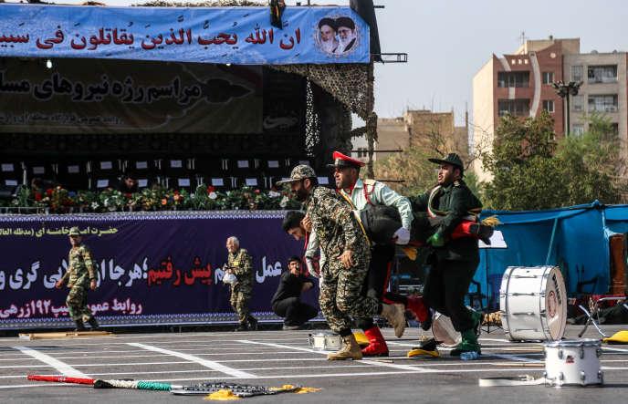 Des soldats iraniens portent un de leurs camrades blessés dans l'attaque terroriste d'Ahvaz, le 22 septembre.