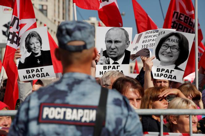 Lors d'une manifestation contre la réforme allongeant l'âge de départ à la retraite annoncée par Vladimir Poutine, le 22 septembre, à Moscou.
