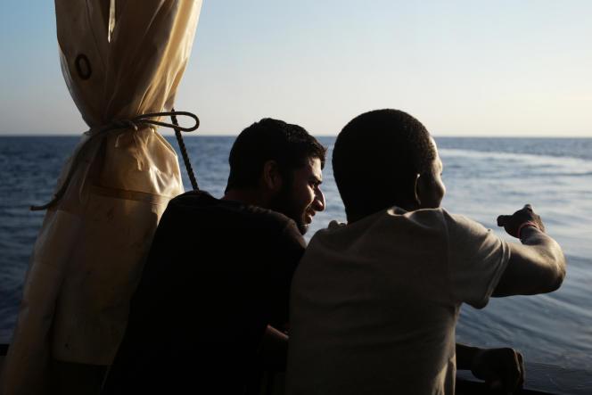 Sur le pont arrière de l'Aquarius, le 21 septembre :la veille, ces deux migrants se trouvaient à bord d'une petite embarcation, à 28 milles nautiques de la Libye, lorsque l'équipage de l'Aquarius leur est venu en aide.