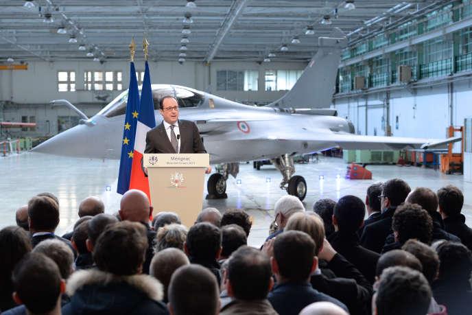 François Hollande lors de sa visite sur la ligne d'assemblage du Rafale aux usines Dassault de Mérignac (Gironde), le 12 février 2015.