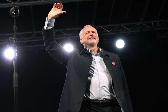 Jeremy Corbyn saluant la foule lors d'un meeting à la veille de l'ouverture du congrès du Parti travailliste, le 22 septembre à Liverpool.