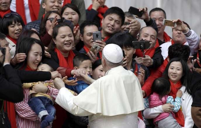Le pape François rencontrant un groupe de catholiques chinois, le 18 avril, au Vatican.