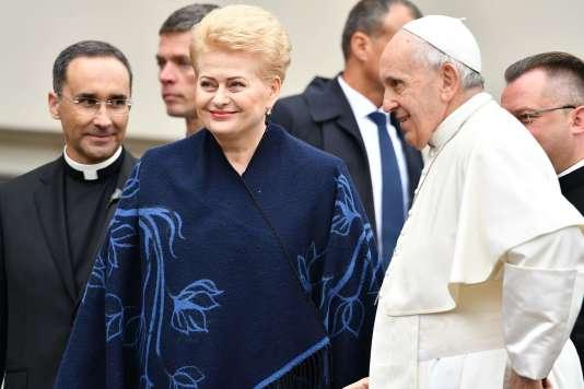 Le pape François etla présidente lituanienne, Dalia Grybauskaite, lors de la cérémonie de bienvenue, le 22 septembre.
