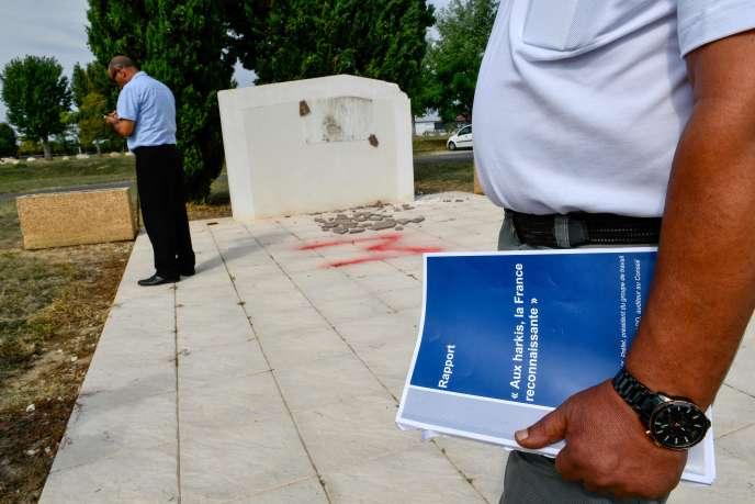 Un fils de harkis tient dans les mains le rapport« Aux harkis la France reconnaissante».