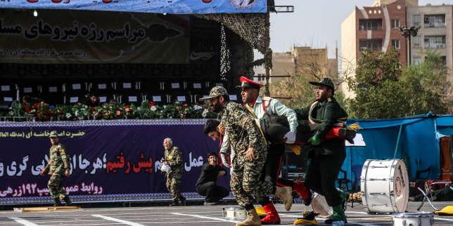 Des soldats Iraniens portent un de leurs camrades blessés dans l'attaque terroriste d'Ahvaz.