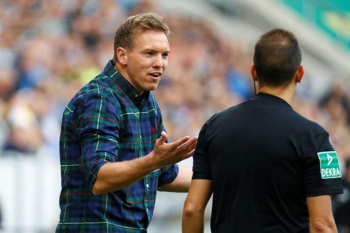 Julian Nagelsmann parle à l'arbitre assistant du match Hoffenheim - Dortmund, le 22 septembre.