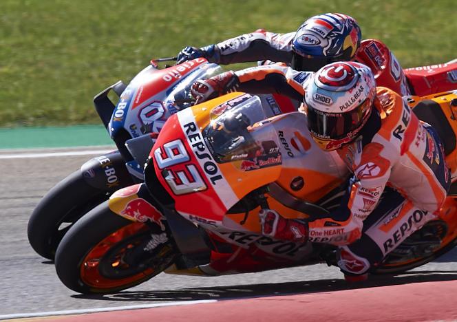 Marc Marquez, sur sa Repsol Honda n° 93, au duel avec la Ducati d'Andrea Dovizioso au Grand Prix d'Aragon le 23 septembre.