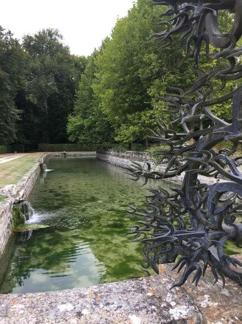 Trois« gueulards» déversent l'eau d'une des quatorze sourcent qui alimentent les douves et pièces d'eau de Courances.