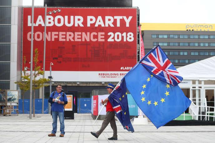 Militants proeuropéens devant le centre de conférence où se tient la réunion annuelle du Parti travailliste, à Liverpool, le 22 septembre.