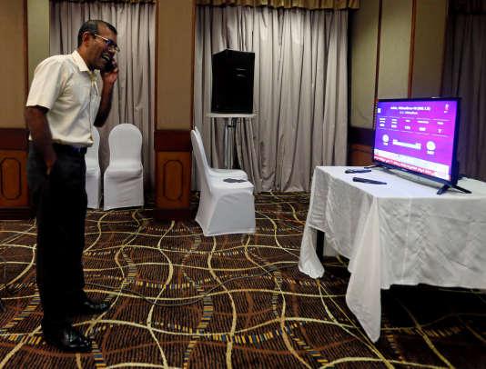 L'ex-président des MaldivesMohamed Nasheed regarde les résultats des élections depuis Colombo (Sri Lanka), où il vit en exil, le 23 septembre.