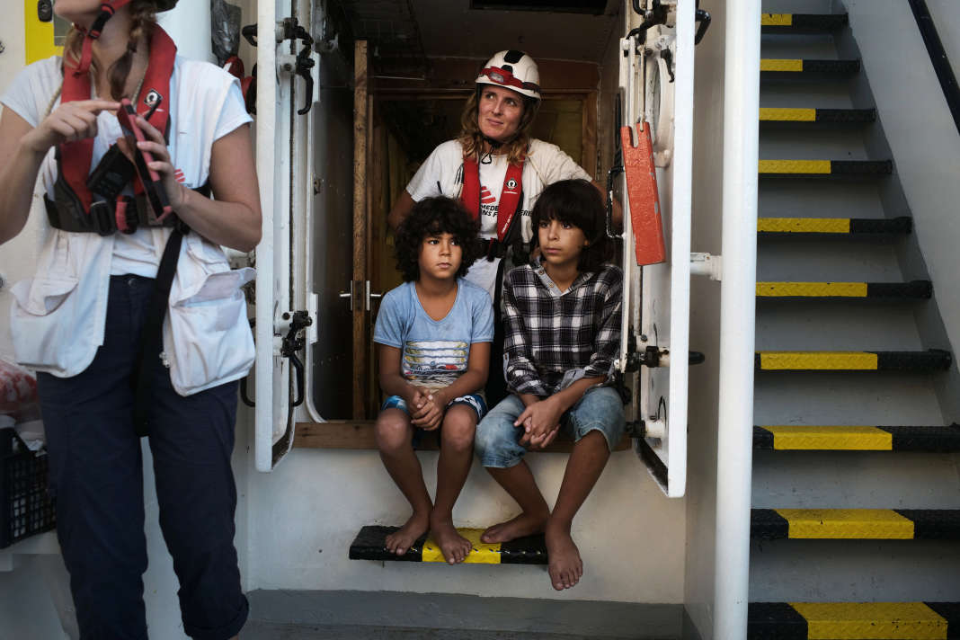 Deux des 17 enfants secourus dans la nuit du 22 au 23 septembre, pris en charge par l'équipe de MSF à bord de l' « Aquarius ». SAMUEL GRATACAP POUR LE MONDE
