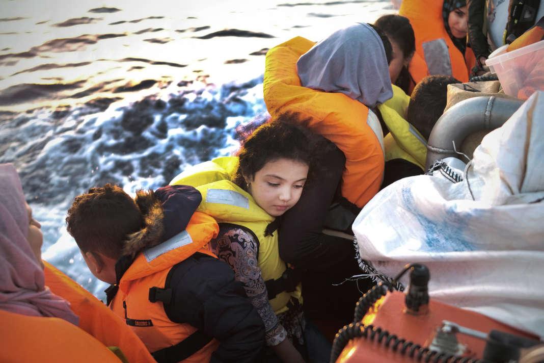 A bord d'un petit bateau de pêcheurs se trouvaient 47 personnes, dont 17 mineurs. Ils ont été secourus par l'équipage de l'Aquarius vers 7 h du matin, le 23 septembre. SAMUEL GRATACAP POUR LE MONDE