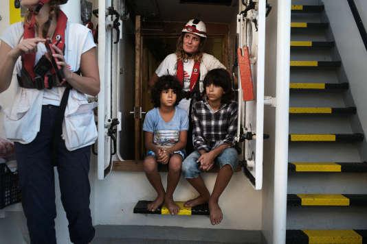 Deux des 17 enfants secourus dans la nuit du 22 au 23 septembre, pris en charge par l'équipe de MSF à bord de l' «Aquarius».