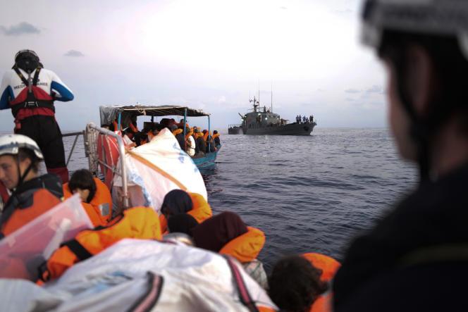 Ici en arrière-plan, les gardes-côtes libyens en approche durant les négociations avec l'«Aquarius», le 23 septembre.