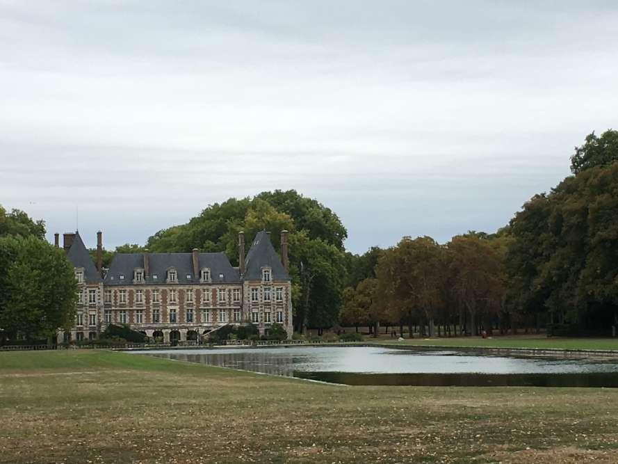 Le style Louis XIII du château, d'origine, a été rehaussé au XIXesiècle par un habillage de briques. Les jardins, eux, sont Renaissance, avec de nombreux ajouts et modifications au XVIIIeet au XIXesiècle.
