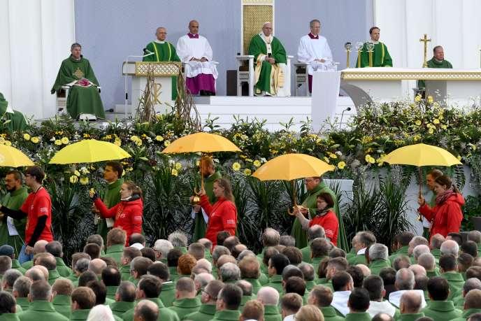 Cent mille fidèles s'étaient réunis pour écouter le pape François à Kaunas.