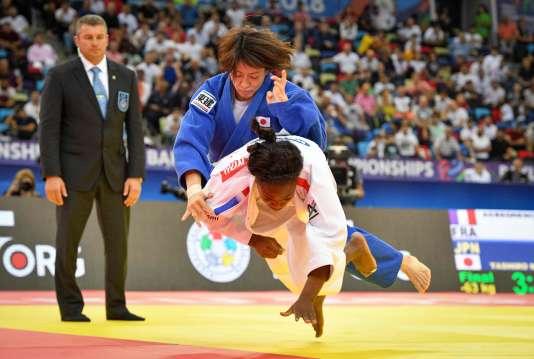Clarisse Agbegnenou (en blanc) remporte sa 3e médaille d'or face à la JaponaiseMiku Tashiro en moins de 63 kg, le 23 septembre à Bakou (Azerbaïdjan).