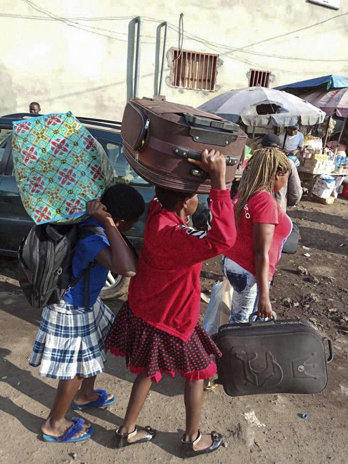 Des résidentes des régions anglophones du Cameroun arrivant à la gare routière de Buéa, en juillet 2018.